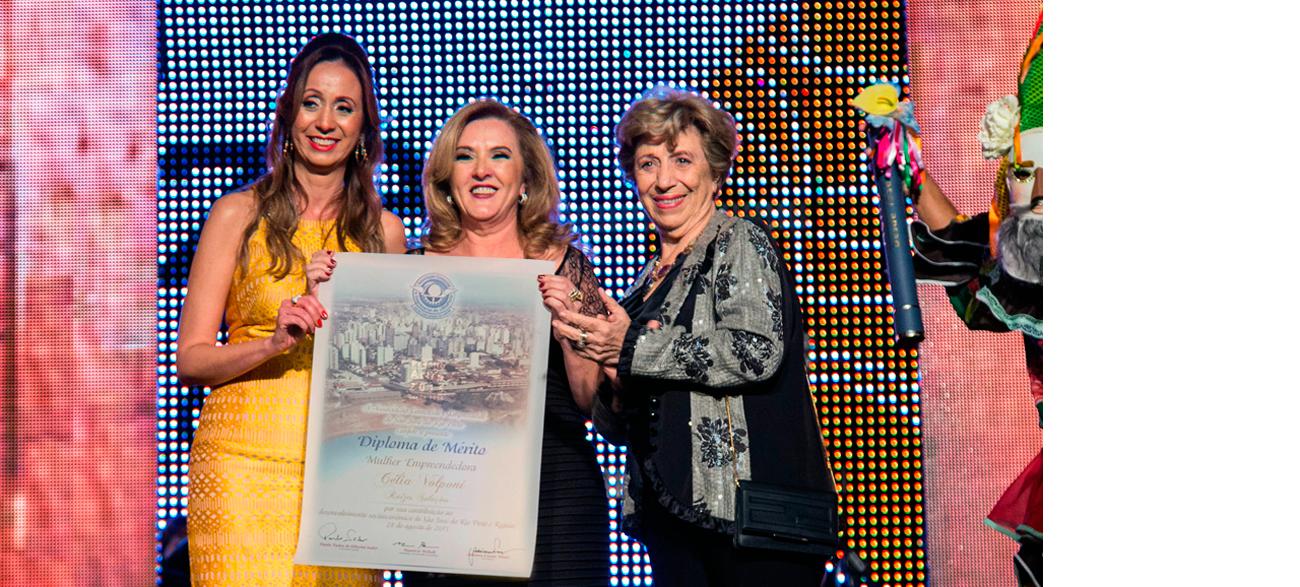 Célia Volponi recebendo prêmio da ACIRP 2015, na categoria Mulher Empreendedora